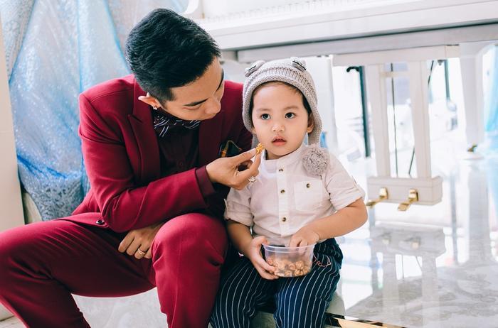 Phan Hiển đang quản lý trung tâm dạy nhảy của Khánh Thi. Gần đây, anh còn mạnh dạn cùng vợ song ca trên sân khấu ca nhạc trực tiếp.