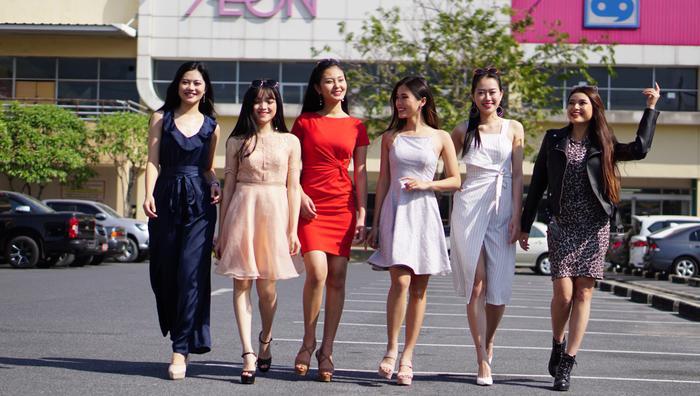 Với nụ cười tươi tắn, các người đẹp từ cuộc thi Miss Photo 2017 thể hiện vẻ đẹp trẻ trung, năng động. Ai nấy đều thể hiện tinh thần thoải mái.