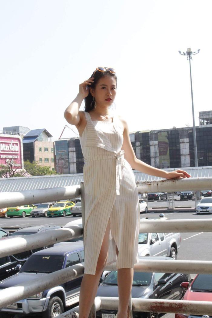 Sở hữu chiều cao 1m74, Trần Đình Thạch Thảo là thí sinh cao nhất trong top 3. Lựa chọn chiếc váy trắng sọc tưởng đơn giản nhưng với các chi tiết đắp bất đối xứng cùng đường xẻ cao khoe đôi chân thon dài. Thạch Thảo khiến người đối diện không thể rời mắt.
