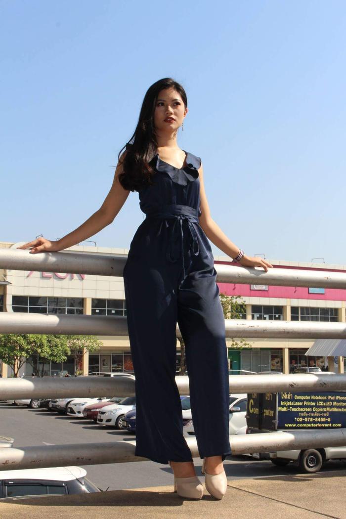 Sở hữu vóc dáng chuẩn cùng gout thẩm mỹ tinh tế, người đẹp sinh năm 1995 lựa chọn mẫu jumpsuit chất liệu lụa mềm mại. Các chi tiết bèo trên cổ áo cũng được phối cách nhẹ nhàng, vừa phải.