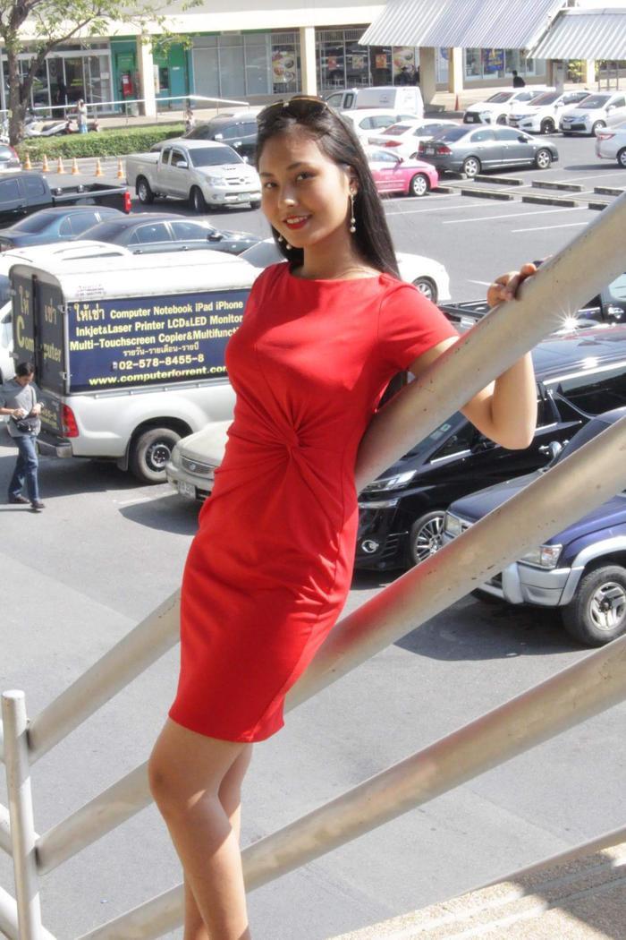Á khôi 1 của cuộc thi - Hoàng Thị Bích Ngọc lại trưng diện chiếc váy ôm gam màu đỏ nổi bật. Chi tiết xoắn eo cũng góp phần khiến trang phục không đơn điệu.