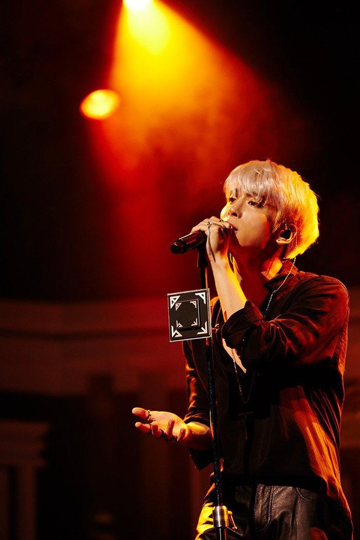 Chàng ca sĩ ấy bỏ lại sau lưng bao hào quang của những ánh đèn sân khấu còn dang dở.