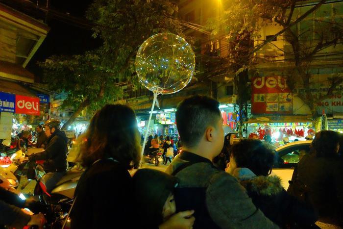 Không chỉ hút hồn trẻ em, bong bóng đèn led còn được giới trẻ ưa chuộng.