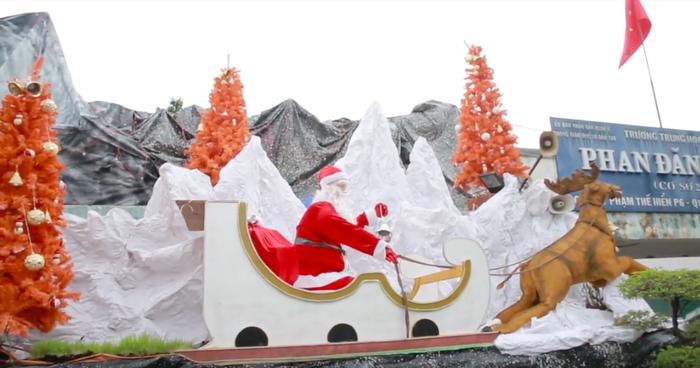 Không chỉ có hang đá, khuôn viên nhà thờ cũng trang trí thêm ông già Noel.