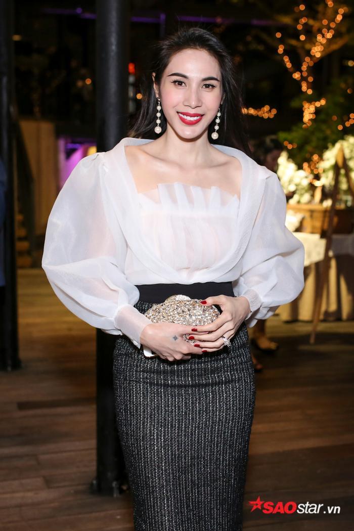 Thủy Tiên diện bộ váy thanh lịch, nhã nhặn nhưng vẫn khoe khéo làn da trắng mịn cùng nhan sắc mặn mà, quyến rũ.