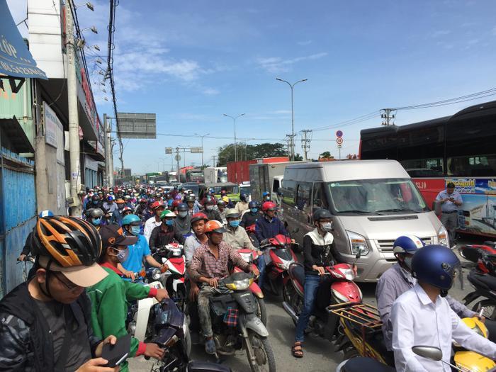 Vụ tai nạn đã khiến tình hình giao thông qua khu vực xảy ra vụ việc bị tắc nghẽn nghiêm trọng.