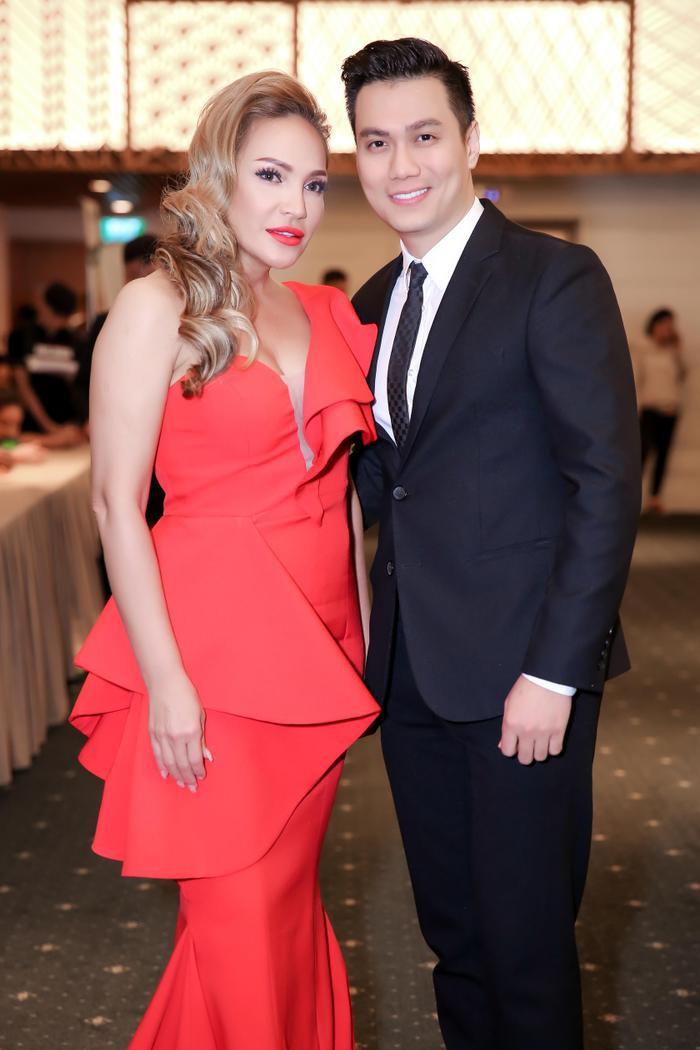Thanh Hà chụp ảnh cùng nam diễn viên Việt Anh tại sự kiện.