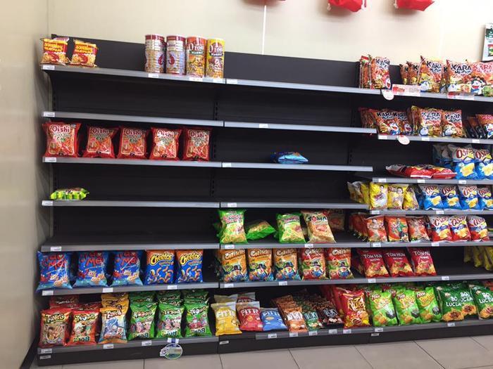 Các sản phẩm như snack cũng rất đắt khách trong dịp mưa bão.