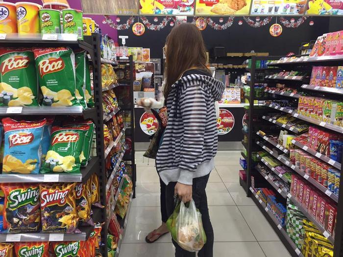 Các bạn sinh viên tranh thủ mua lương thực dự trữ.