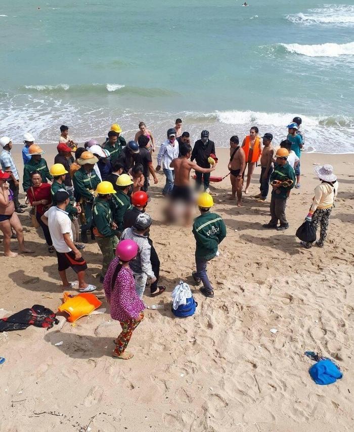 Đội cứu hộ trục vớt thi thể người đàn ông ngoại quốc lên bờ.