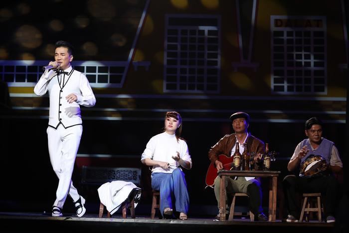 Trên sân khấu, qua từng chương của câu chuyện dài mang tên bolero là những thứ đã làm nên bản sắc đường phố Sài Gòn.