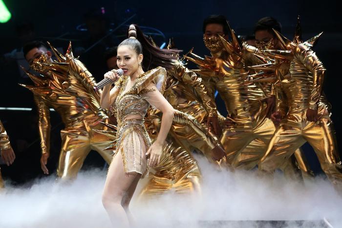 """Đúng như tên gọi """"nữ hoàng nhạc dance"""", hơn 3 tiếng đồng hồ, Thu Minh vừa hát vừa nhảy khi thể hiện 30 ca khúc quen thuộc, gắn bó với tên tuổi của mình nhưng vẫn không hề mất giọng hay tỏ ra đuối sức."""
