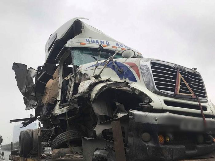 Đầu xe container nát bét sau vụ va chạm liên hoàn.
