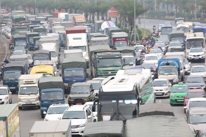 Vụ va chạm liên hoàn khiến giao thông ùn tắc nghiêm trọng. Đến 15h30 cùng ngày, giao thông đã thông thoáng trở lại.