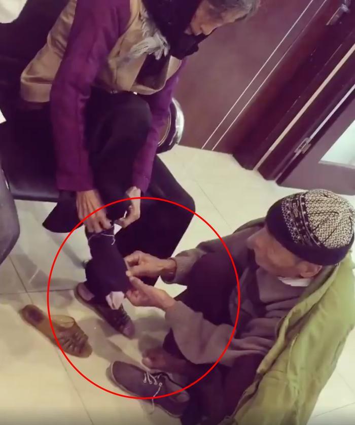 Ấm lòng với clip ông cởi giày, đi tất giúp bà trong ngày đông lạnh giá: Tình yêu chỉ cần thế thôi!
