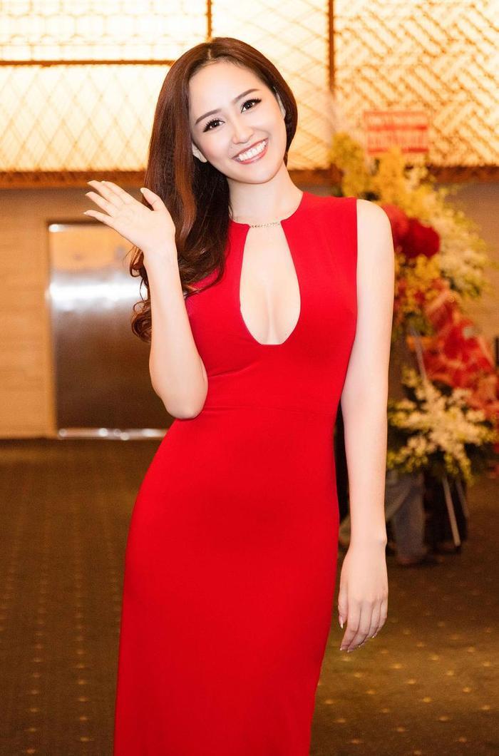 """Nếu đa phần các hoa hậu chọn hình ảnh gợi cảm một cách chừng mực thì Mai Phương Thúy suốt gần 10 năm kể từ khi đăng quang ngôi vị cao nhất của cuộc thi Hoa hậu Việt Nam lại ưu ái cho các thiết kế có thể khoe được vòng một """"càng nhiều càng tốt"""" như thế này."""