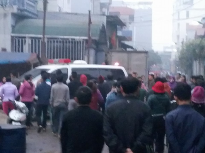 Rất đông người dân có mặt tại khu vực nơi xảy ra vụ nổ.
