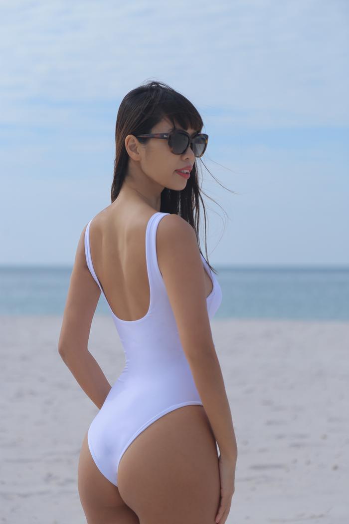 Trong trang phục bikini sắc trắng, siêu mẫu Hà Anh vô cùng nổi bật và hút mắt với đường cong hoàn hảo của một siêu mẫu hàng đầu Việt Nam hiện nay.