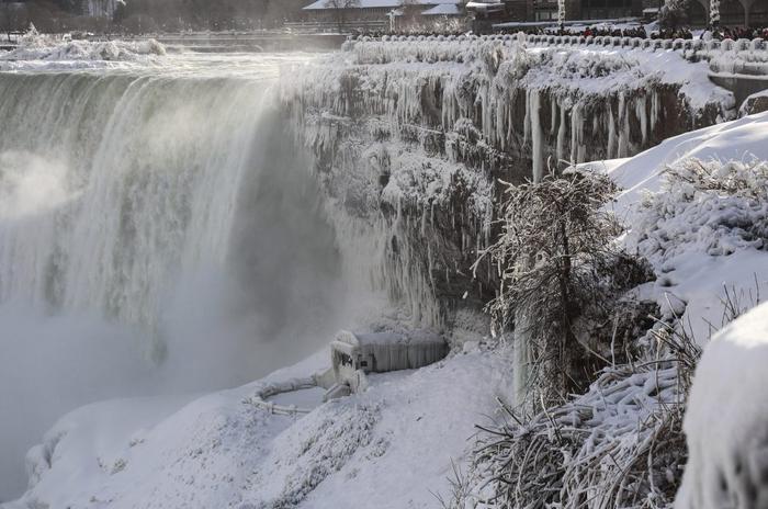 Tuyết rơi không ngừng khiến hơn 100 triệu người tại khu vực bị ảnh hưởng, hàng nghìn ngôi nhà bị che phủ và giao thông tắc nghẽn.