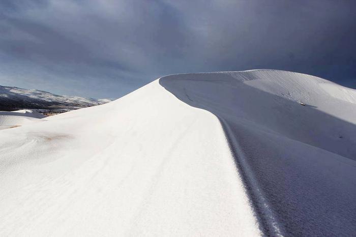 Được biết, tuyết phủ khắp nơi đây vào chiều ngày 7/1 khi cơn bão tuyết đi qua. Hiện các nhà khoa học vẫn chưa thể lý giải được nguyên nhân dẫn tới hiện tượng bất thường này.