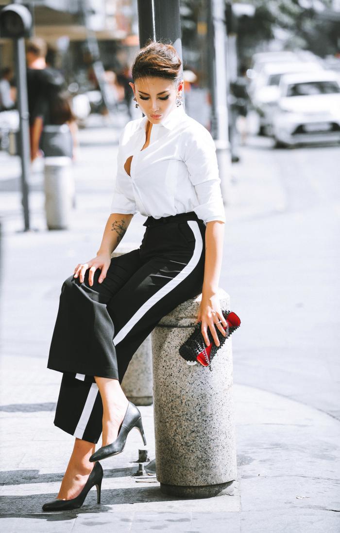 Trắng-đen vẫn là tone màu chưa bao giờ lỗi thời. Cách kết hợp áo sơ mi trắng và quần culottes kẻ sọc khiến đôi chân dài người mẫu thon và dài hơn.