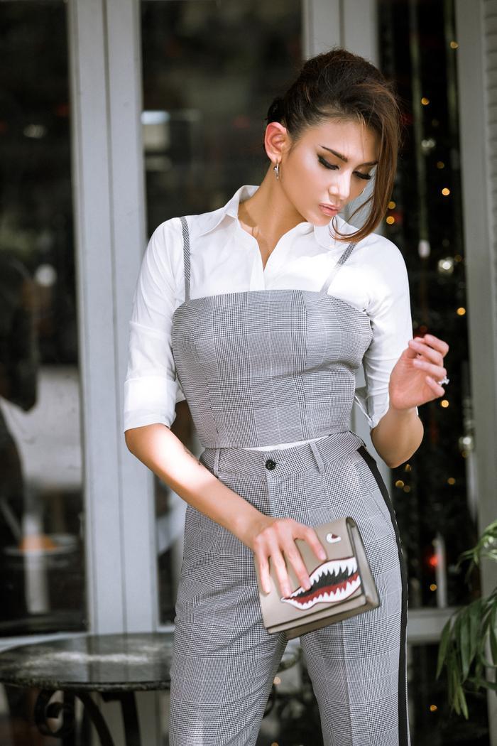Với lợi thế về hình thể, nên khi mặc những bộ outfit ôm sát khiến cô càng trở nên thon gọn hơn.