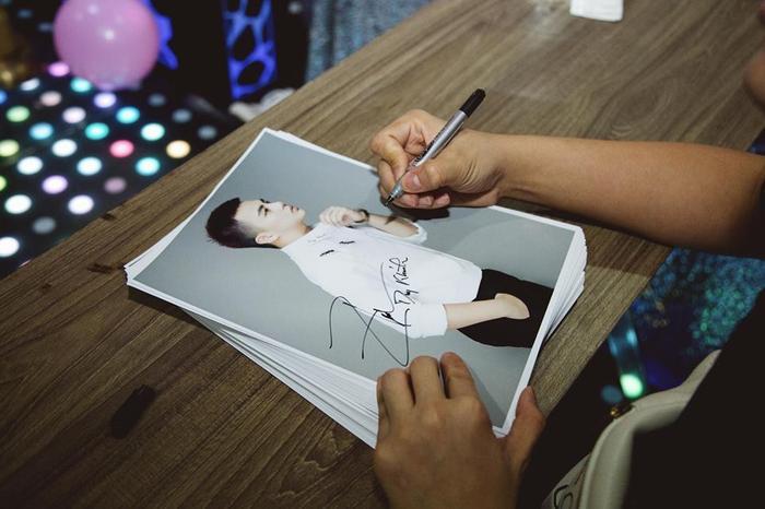 Duy Khánh chăm chỉ ký tặng fan.