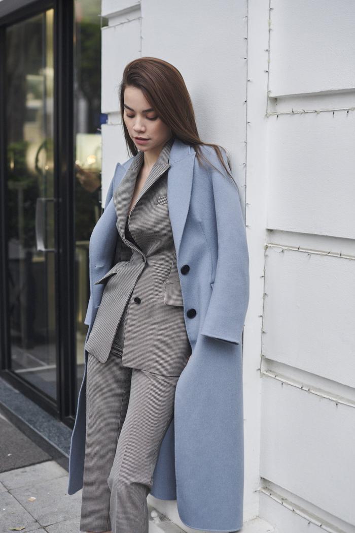 Với những chuyến lưu diễn thường xuyên ở nước ngoài thì những chiếc áo khoác với Hồ Ngọc Hà là một trợ thủ đắc lực của cô. Nó giúp cô giữ ấm và mang đến một không gian thời trang dù bất kể xuất hiện tại đâu.