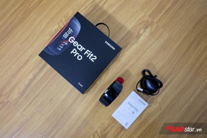 Bên trong hộp đơn giản chỉ có vòng đeo thông minh Gear Fit2 Pro, củ sạc và sách hướng dẫn sử dụng.