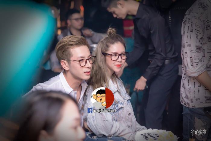 Cô gái bên cạnh được đồn đoán là người yêu hiện tại của chàng hotboy Phí Ngọc Hưng.