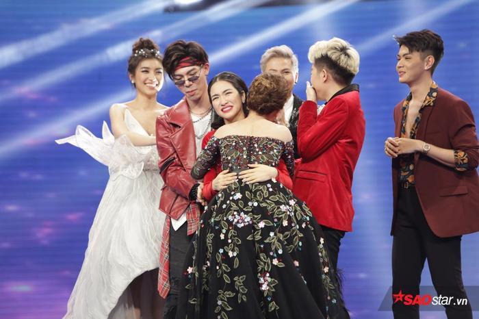 Gia đình 'hoa dâm bụt' Hòa Minzy - Đức Phúc - Erik nắm tay Giang Hồng Ngọc vào Chung kết Cặp đôi hoàn hảo 2017