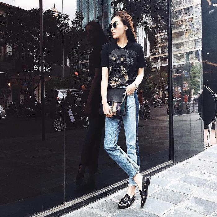 Set đồ tưởng chừng đơn giản chỉ gồm áo phông, quần jeans của Kỳ Duyên hóa ra lại có mức giá cao ngất ngưỡng, chỉ tính riêng chiếc áo phông Givenchy đã có giá hơn 5 triệu đồng. Chưa kể các phụ kiện như túi xách, giày Gucci mà cô nàng đang sử dụng.