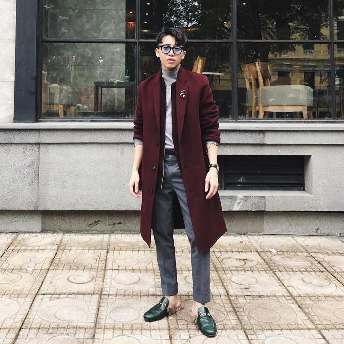 Phong cách thanh lịch luôn là xu hướng được Hoàng Ku theo đuổi. Trong những ngày lạnh giá của Hà Nội, chàng stylist lựa chọn cách phối trang phục mang đến vẻ ấm áp với áo thun cổ lọ cúng măng tô dáng dài màu đỏ đô. Bên cạnh đó, không thể không kể đến đôi loafer Gucci đắt giá mà anh chàng đang mang khiến nhiều tín đồ thời trang mê mẩn.