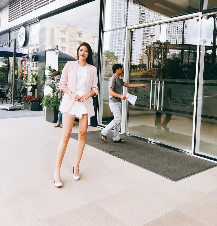 Phạm Hương vô cùng trẻ trung khi xuống phố với áo vest tông hồng phối cùng áo và chân váy ren trắng. Cả set đồ tông màu sáng khiến Hoa hậu Hoàn vũ 2015 trở nên thanh tao, thu hút hơn.