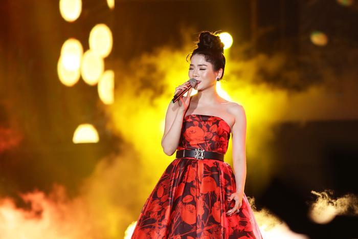 Chi tiết cúp ngang khoe khéo bờ vai thon, nữ ca sĩ cũng khéo léo bới tóc cao nhằm đem đến hình ảnh sang trọng, quyến rũ trên sân khấu.