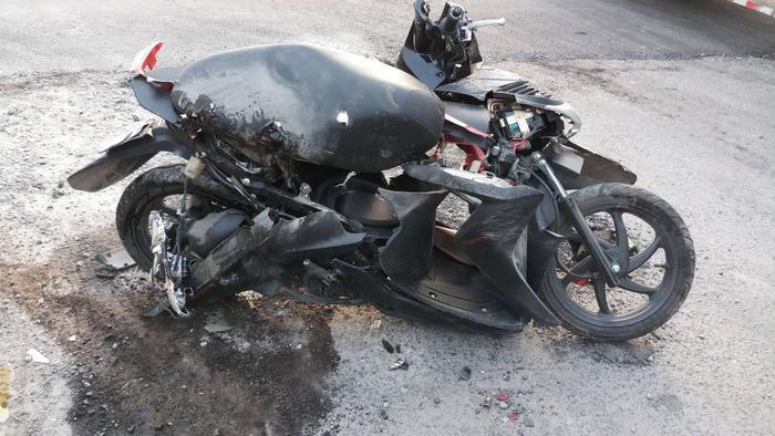 Xe tay ga bị cán nát vụn, mắc kẹt dưới gầm trước xe đầu kéo