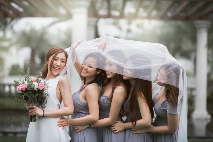 Huỳnh Mi quậy tưng bừng cùng hội bạn thân để giã từ đời độc thân trong bộ ảnh cưới.