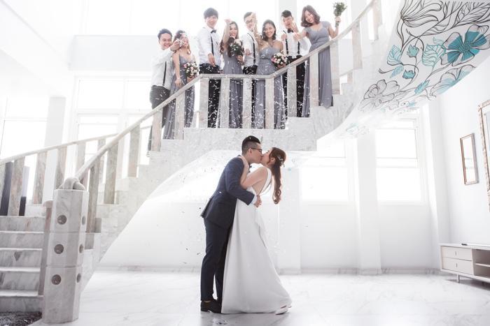 Bộ ảnh cưới với sự góp mặt của hội bạn thân.