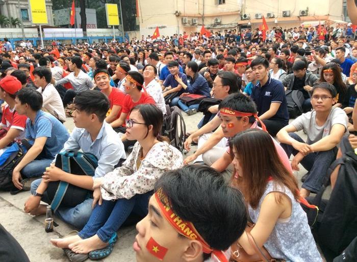 Hàng nghìn bạn sinh viên kéo đến đây để xem bóng đá.