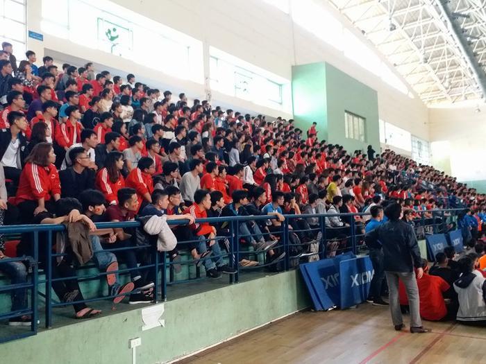 Hàng nghìn người cùng mặc áo đỏ sao vàng, hướng về đội bóng mang áo trắng.