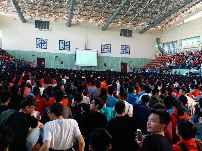 Ai nấy đều tim đập thình thịch, hồi hộp căng thẳng mỗi lần U23 Việt Nam áp sát khung thành đối thủ. Ảnh: Định Nguyễn.