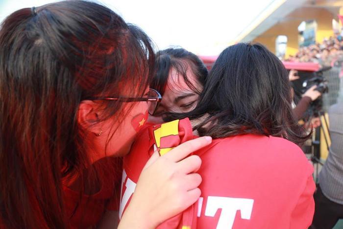 Chiến thắng lịch sử khiến các fan nữ hạnh phúc đến phát khóc.
