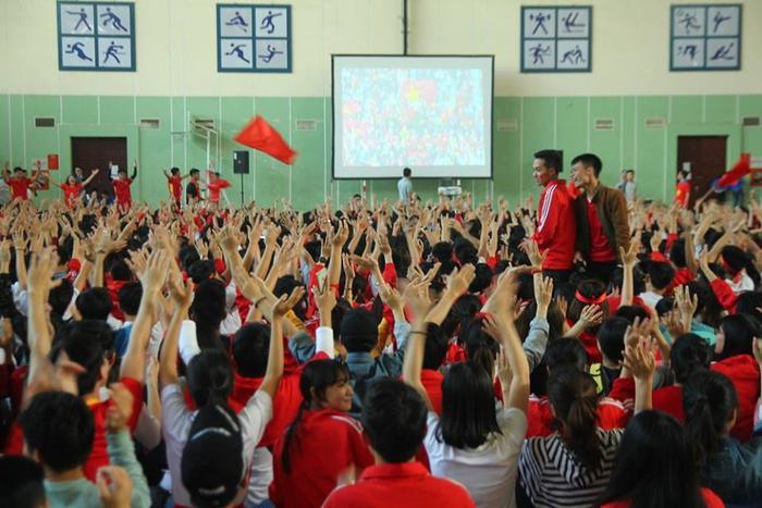Mọi người hò reo khi đội tuyển U23 Việt Nam áp sát khung thành đối thủ.
