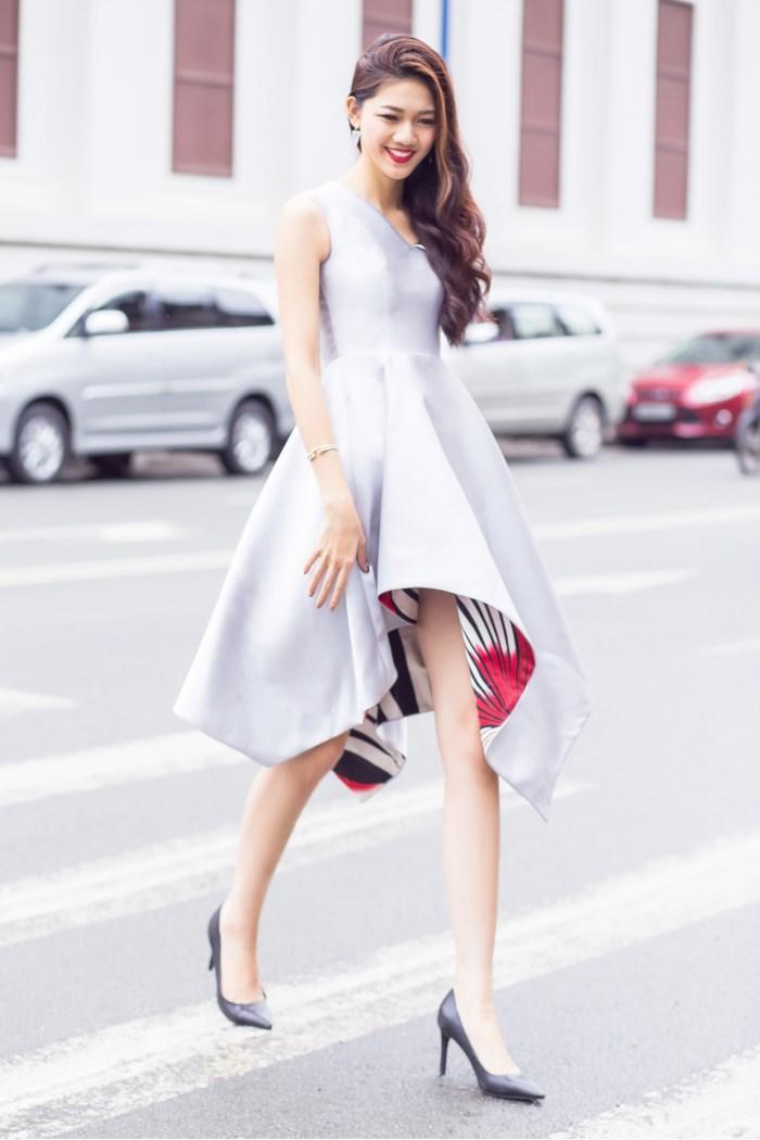 Vốn ưa chuộng sự tinh giản nên cô chỉ trang điểm nhẹ nhàng và thêm một vài món phụ kiện như túi xách, giày cao gót là có thể tin tự xuống phố. Á hậu Thanh Tú như trở nên dịu dàng và thời thượng hơn khi đắm mình trong những bộ váy ứng dụng cao nhưng vẫn đảm bảo được tính sáng tạo mới mẻ.