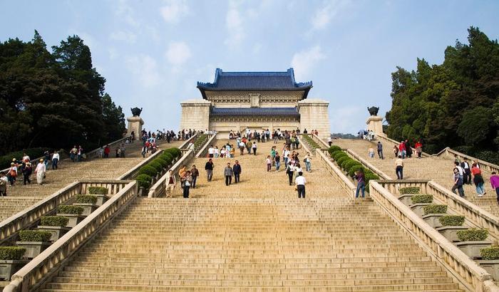 Lăng Tôn Trung Sơnđược xây dựng ở chân ngọn núi thứ hai của Tử Kim Sơn, ngoại vi thành phố Nam Kinh, Giang Tô, Trung Quốc. Đây là công trình do kiến trúc sư nổi tiếng Lữ Ngạn Trực thiết kế, được xây dựng từ tháng 1/1926 đến mùa xuân năm 1929. Lăng Tôn Trung Sơn là công trình kiến trúc khổng lồ được xây dọc theo sườn núi. Phần lăng mộ được xây dựng theo kiến trúc của các lăng mộ hoàng đế Trung Quốc, kết hợp các chi tiết kiến trúc hiện đại.