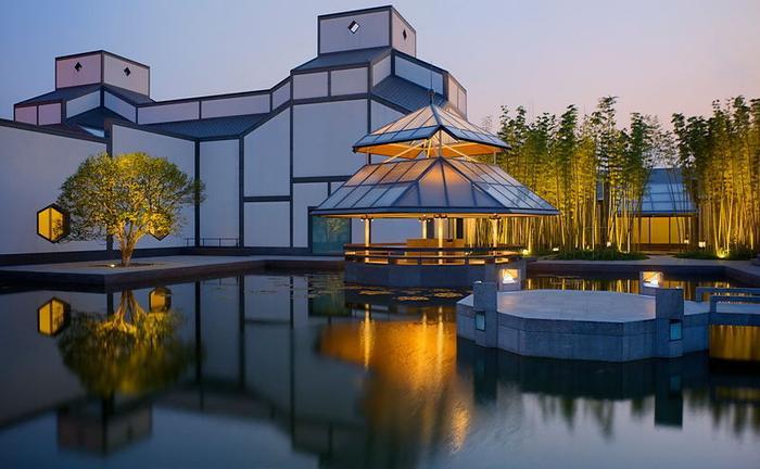 Bảo tàng Tô Châu là bảo tàngcủa cổnghệ thuật Trung Quốc. Khu trưng bày ở đây có diện tích 2.200 m2, tập hợp nhiều bức tranh cổ, thư pháp, gốm sứ, hàng thủ công, các di vật khảo cổ, hơn 70.000 cuốn sách và tài liệu, hơn 20.000 vạch khắc bằng đá.Bộ sưu tập tranh và thư pháp là những tác phẩm của các bậc thầy từ nhà Tốngđếnnhà Minhvànhà Thanh. Khu vực Dân gian củaBảo tàngTô Châulà nơi đầu tiên chuyên trưng bày các hiện vật truyền thống địa phương.Bảo tàng Dân gian Tô Châu bắt đầu mở cửa vào năm 1986, vào đúng thời điểm kỷ niệm 2.500 năm thành lập thành phố Tô Châu. Tuy nhiên, cấu trúc như hiện nay được kiến trúc sư người Mỹ gốc Hoa – IM Pei thiết kế lại. Đây không chỉ là tòa nhà thiết kế hoành tráng ở Tô Châu, mà còn là công trình xây dựng kết hợp giữa lối kiến trúc Trung Quốc truyền thống và phương Tây. Vé vào cửa ở bảo tàng Tô Châu hoàn toàn miễn phí.