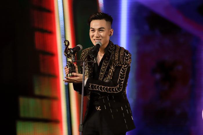 Ali Hoàng Dương với giải thưởng Nghệ sĩ mới của năm.