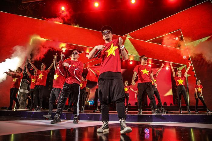 PB Nation với tiết mục cổ vũ U23 Việt Nam.