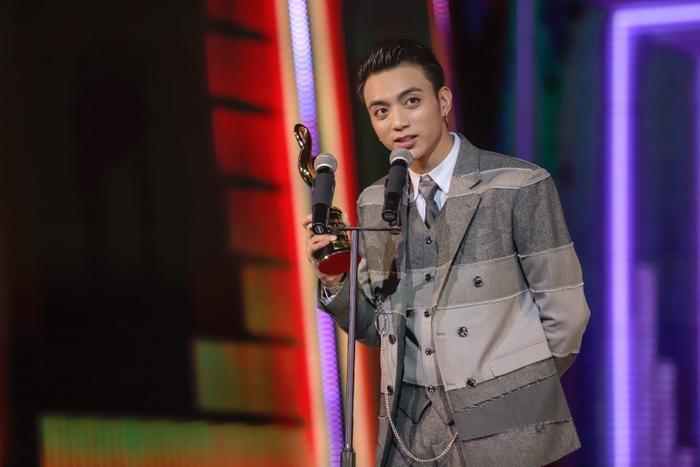 Giải Nghệ sĩ của năm được trao cho nam ca sĩ Soobin Hoàng Sơn.