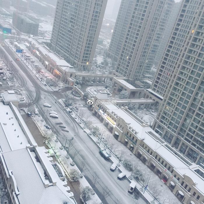 Toàn thành phố bị bao phủ bởi tuyết trắng xoá.